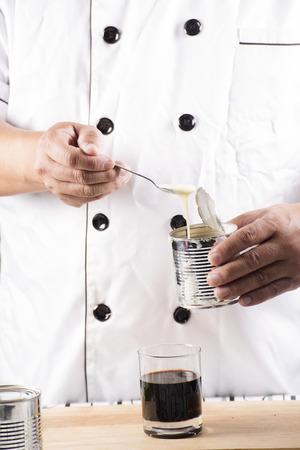 cafe bombon: Chef poner la leche condensada en el café caliente