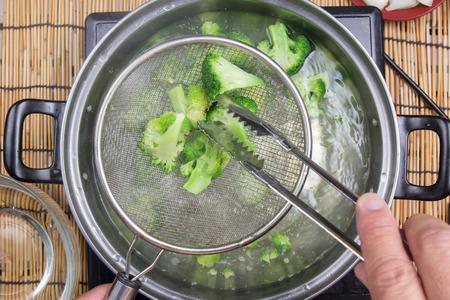 접시에 브로콜리를 끓는 요리사  매운 스파게티 개념 요리