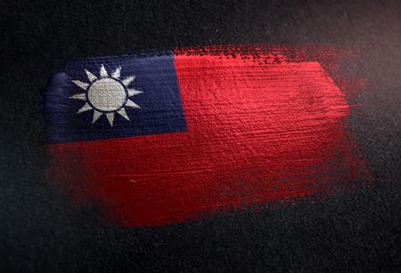 グランジダークウォールにメタリックブラシ塗料で作られた台湾旗 写真素材 - 107845996