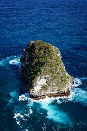 Nusa Banah Island at Nusa Penida, Bali - Indonesia. Small Triangle Shape Island Foto de archivo - 128300448