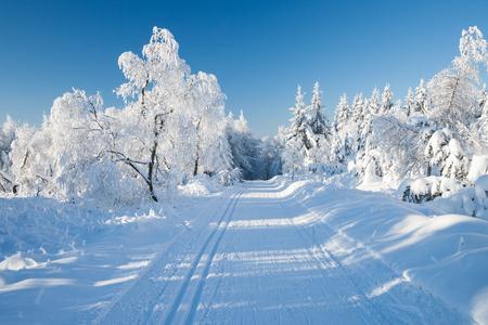 pista de atletismo: estación de esquí en Alemania en un día soleado de invierno Foto de archivo