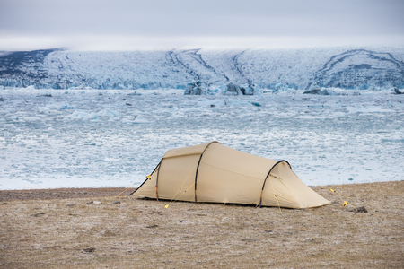 Camping in front of the glacier lagoon Jokulsarlon in Iceland Standard-Bild