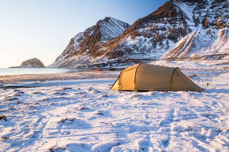 Camping on Lofoten islands in Norway in winter Standard-Bild