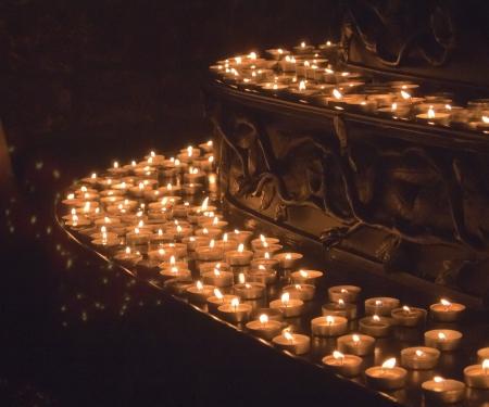 flamme: Kerzen am Altar im Kloster Maria Laach Stock Photo