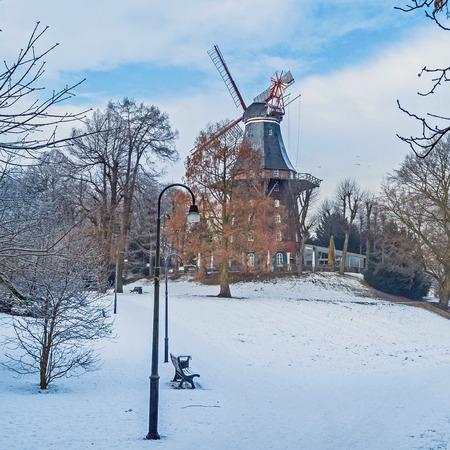 lifecycle: imagen de un antiguo molino de viento histórico en Bremen - se encuentra en un parque Foto de archivo