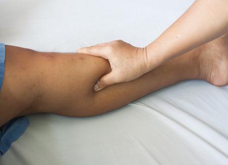 to scrape: Thailand massage. Hands are massage the calf.