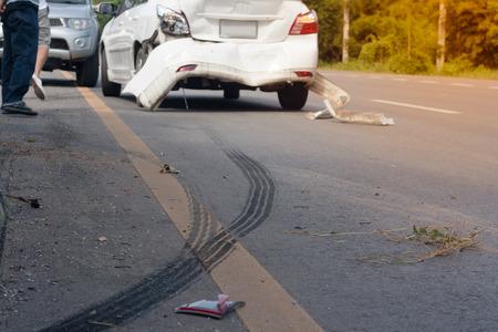Une voiture pneus d & # 39 ; accident des pneus de voiture sur la surface de la route. soft focus Banque d'images - 87895589