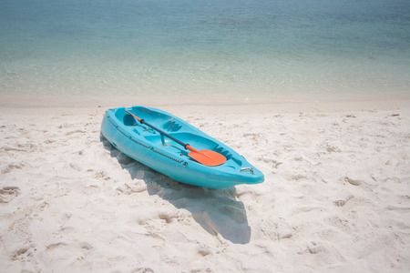 Blue kayak on sandy beach, Koh Samui, Thailand Imagens - 101616735