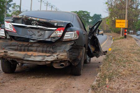 Udonthani, Tailandia, 1 de abril de 2018: Accidente automovilístico negro en la carretera intenso, los funcionarios de rescate se ofrecieron como voluntarios para ayudar.
