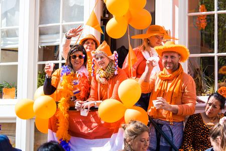 Amsterdam, Holandia - kwietnia 2018: Ludzie na ulicy świętują Dzień Króla w mieście Amsterdam, Holandia