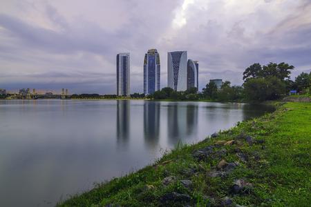 Office building beside the lake of Putrajaya Imagens