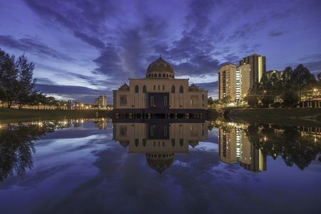 Reflection of mosque in sunset / sunrise blue hour Imagens