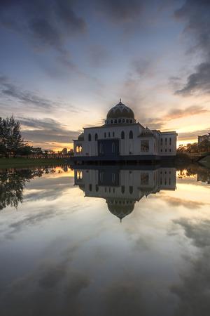 Reflection of mosque in sunset / sunrise blue hour Standard-Bild