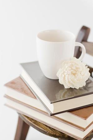 Mur en bois avec chaise ancienne et livres et une tasse