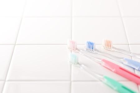 白いタイルの歯ブラシ 写真素材