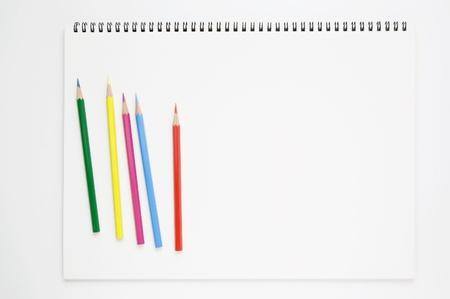 carnet de croquis et crayons de couleur blanche
