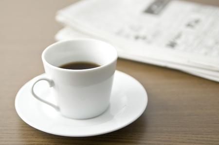 新聞や机の上のコーヒー