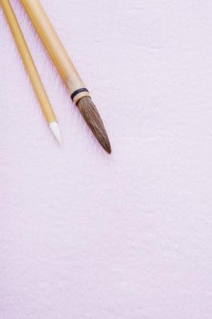 日本の紙の上にブラシを書く