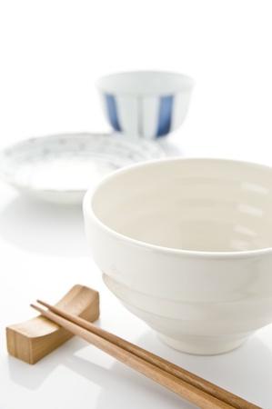 Bol de riz, plat et baguettes de vaisselle japonaise Banque d'images