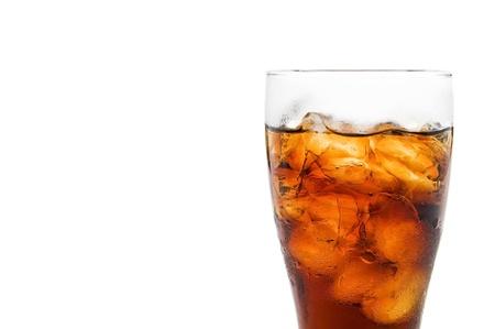 Soda en un vidrio con fondo blanco