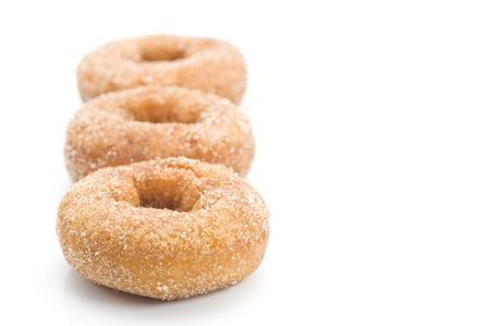 Sucre anneau beignet sur fond blanc