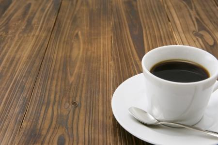 materiales de construccion: Taza de café en la mesa de madera Foto de archivo