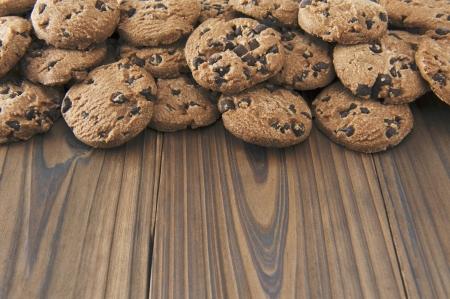 木製のテーブルの上のチョコレート チップ クッキー 写真素材