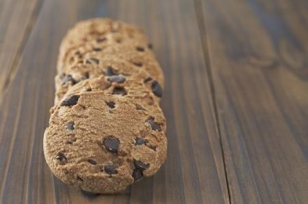 木製テーブルの上のチョコレート チップ クッキー 写真素材