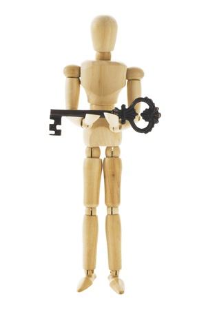 marioneta de madera: Mu�eca de madera posando tiene la clave sobre fondo blanco