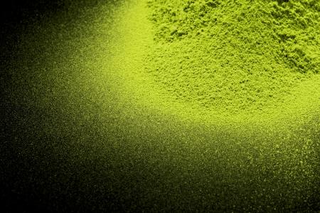 Maccha, poudre de th� vert s�ch� sur fond noir