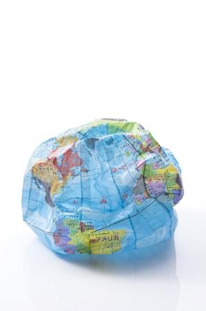 crush on: Machacar globo globo de papel en el fondo blanco