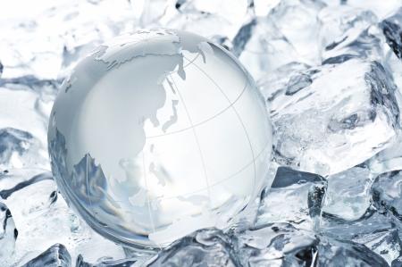 氷の背景上の透明なガラス グローブ