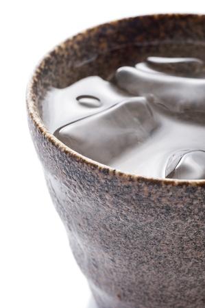 distilled: Distillato nella tazza di ceramica su sfondo bianco