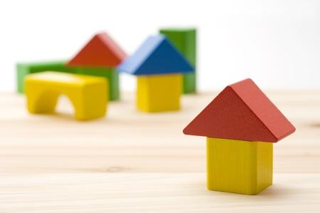 木製の床のカラフルな積み木ハウス