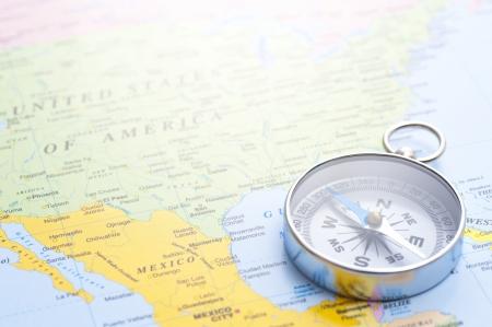 世界地図背景にシルバー コンパス クローズ アップ