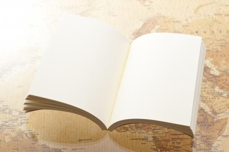 ouvert livre blanc sur fond de carte du monde