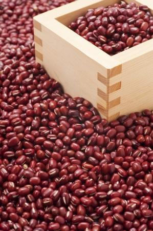 frijoles rojos: frijol rojo y contenedores de madera