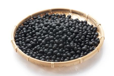 haricots noirs sur fond blanc