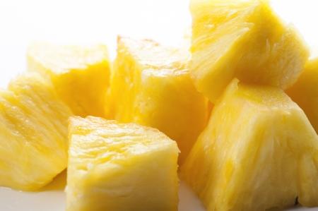 白い背景の上の新鮮なカット パイナップル 写真素材