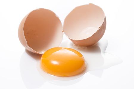 een gebarsten ei op een witte achtergrond