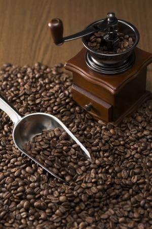 コーヒー豆とアンティークのコーヒー グラインダー