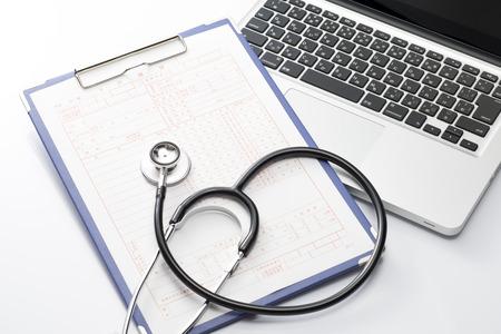 노트북 및 청진 기 및 의료 기록, 의료 개념 스톡 콘텐츠