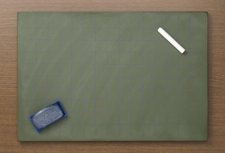 white chalks: Pizarra en blanco con tizas blancas y borrador