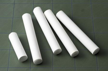 white chalks: tizas de color blanco sobre la pizarra en blanco