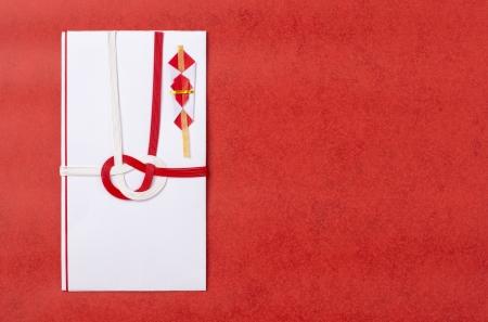 赤の背景に日本のギフト用封筒