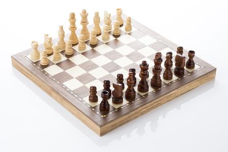 白い背景の上のチェス盤とチェスの駒