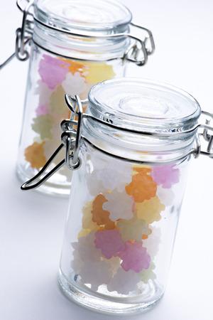 日本のカラフルな砂糖菓子ボトル入り