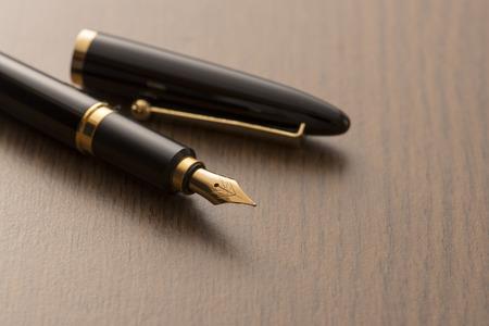 テーブルの上の万年筆