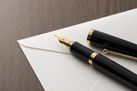 fountain pen and letter on table Standard-Bild