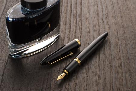 vulpen en inkt fles op tafel Stockfoto